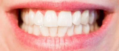 Používajte kokosovou ústnu vodu pre žiarivo biele zuby!