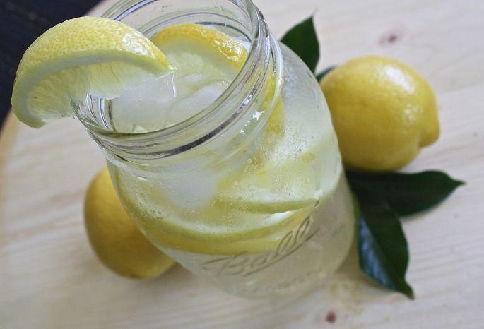 Voda s citrónom