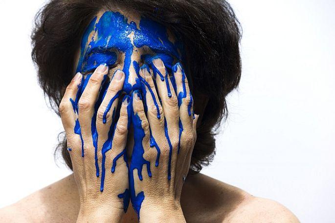 Modrá farba na tvári