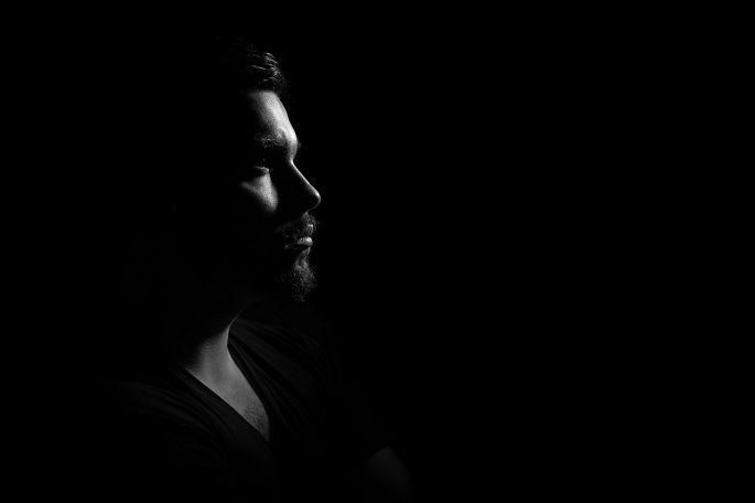 Muž v tme