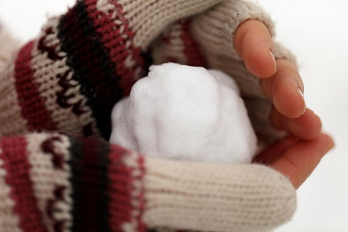 Studené ruky so snehom