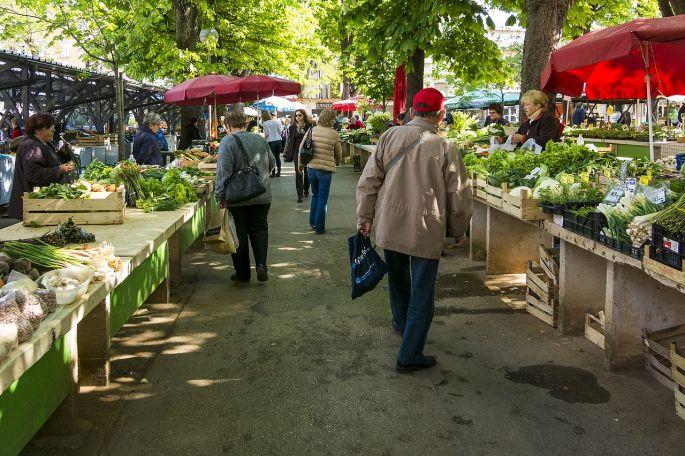 Nakupovanie na trhu zeleniny a ovocia