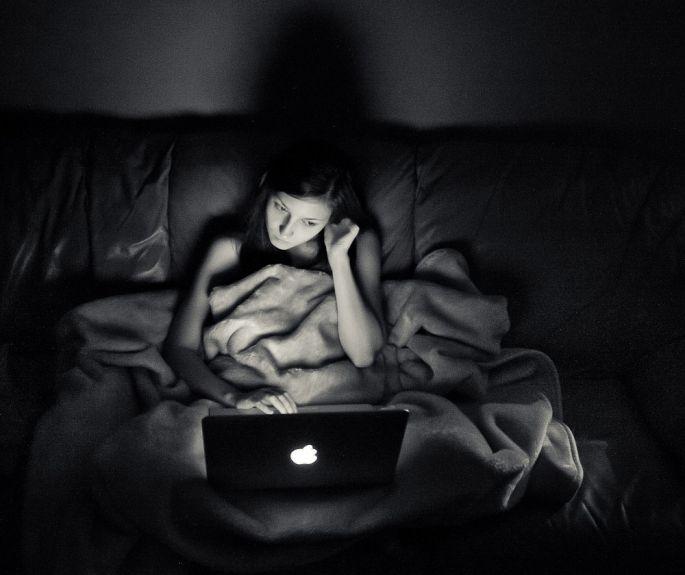 Práca s laptopom v noci