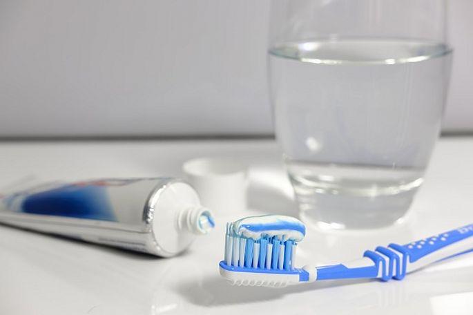 Zubná pasta a zubná kefka