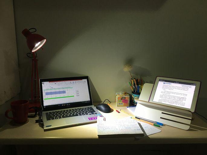 Práca v noci s laptopom, tabletom pri lampičke