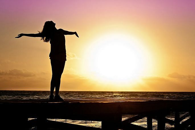 Žena pri západe slnka